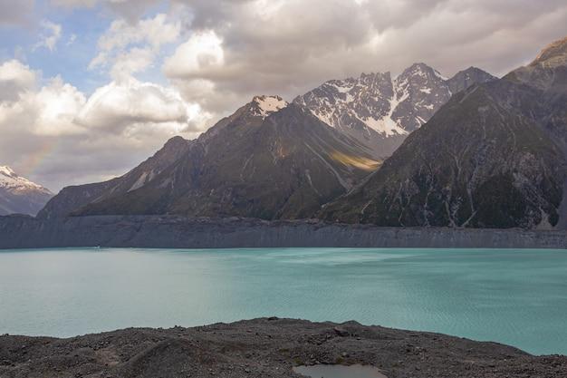 Южные альпы пейзажа долины новой зеландии у озера тасман южный остров