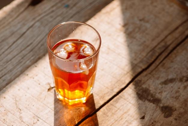 두 잔의 소박한 나무 테이블에 있는 남부 스타일의 달콤한 차