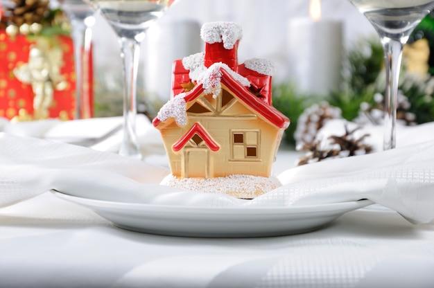 クリスマステーブルの上のクリスマスハウスの形のお土産