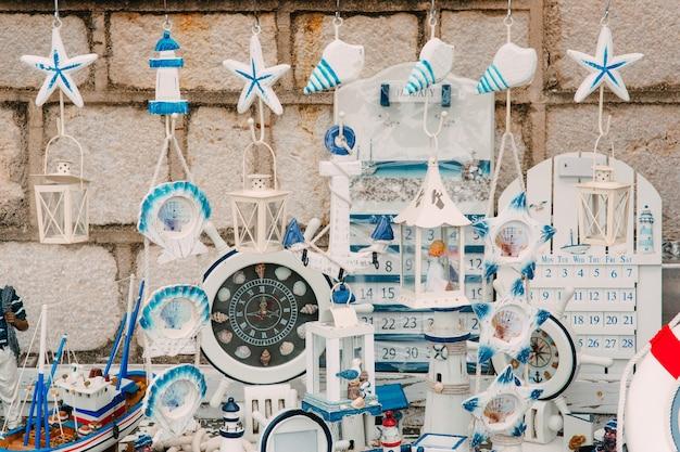 モンテネグロの手作りのお土産の小さな海の土産物屋さん