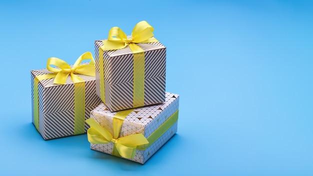 다른 휴일을위한 우아한 포장으로 사랑하는 사람들을위한 기념품과 선물. 공간, 파란색 배경 복사.
