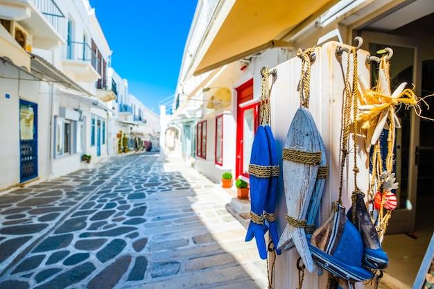 Сувениры на фоне удивительной солнечной греческой улицы