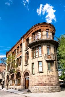 アルメニアで 2 番目に大きな都市であるギュムリの市内中心部にあるソビエトの建物
