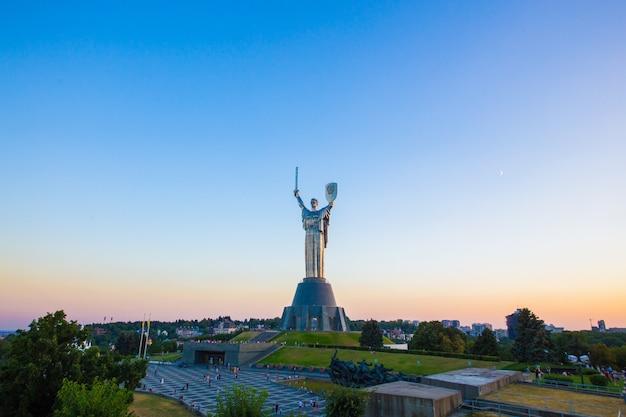 Советский памятник родина-мать в центре киева