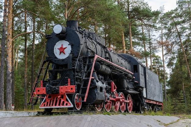 ソビエトの蒸気機関車クラスl。モニュメント機関車l-1591は、カザンのユジノにあります。 1951年にコロムナスキー工場によって建設されました。機関車l-1591は、1951年から1961年にユディノ機関車基地で稼働しました。