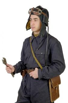 Советский танкист с гаечным ключом