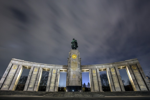 Memoriale di guerra sovietico a tiergarten, berlino sotto il cielo mozzafiato