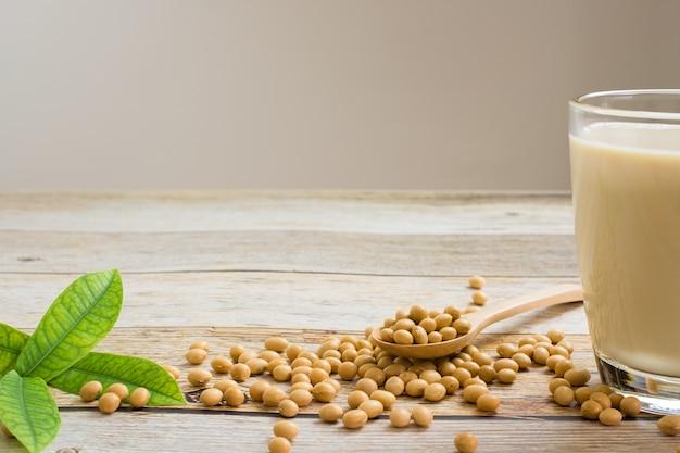 두유와 콩 콩 나무 테이블 배경, 건강 개념에. 간장의 장점.