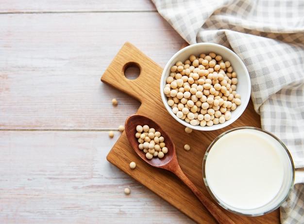 豆乳とテーブルの上の大豆-健康な植物製品