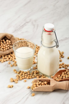 Соевое молоко - это напиток из соевых бобов, который называется молоком, потому что он желтовато-белый, похожий на молоко. здоровая альтернатива немолочному молоку. в индонезии также называется сари деле / сусу деле / сусу кеделаи.