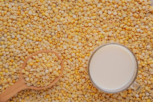 生の大豆の種の上に置かれる豆乳。