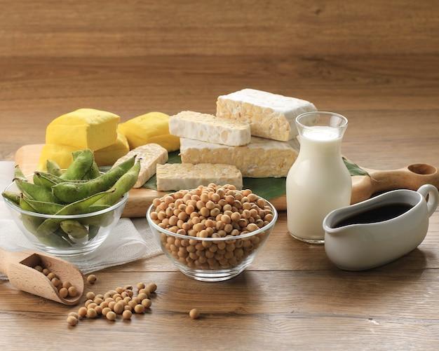 콩 제품: 생 두부, 템페, 두유, 간장 및 콩. 건강한 채식주의 음식의 개념