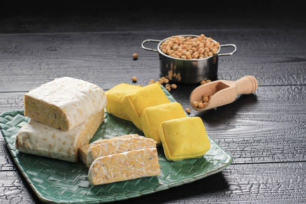 Соевый продукт: сырой тофу, темпе, соевое молоко, соевый соус и соевые бобы. концепция здорового вегетарианского питания