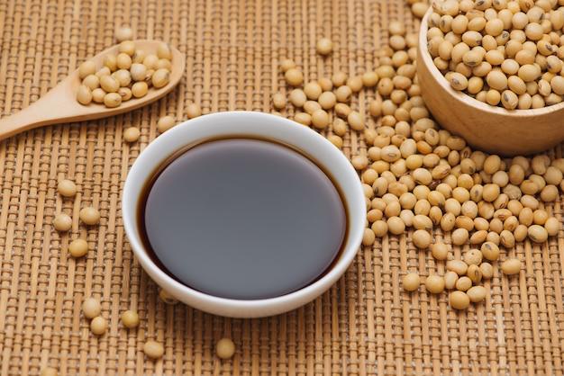 木製のテーブルに醤油と大豆