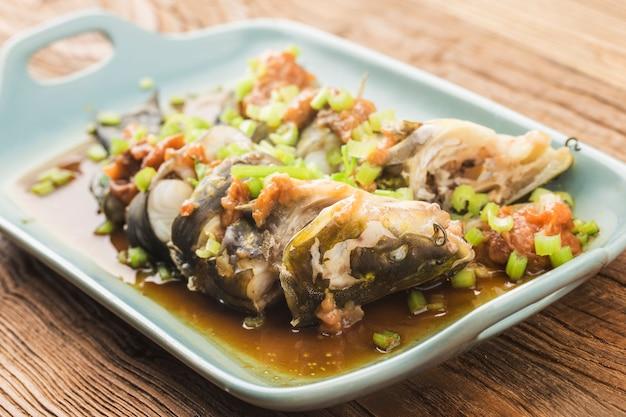 Соевый соус на пару с желтыми косточками рыбы