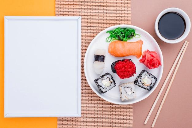 醤油とテーブルに新鮮な寿司