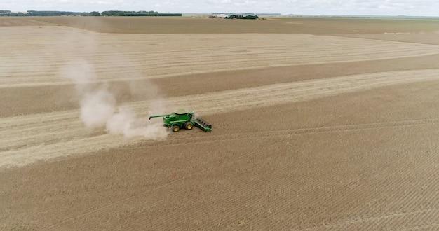 ブラジルのマットグロッソ州の農場での大豆の収穫。