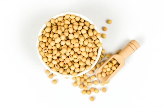 白い背景で隔離の大豆/乾燥大豆のボウル