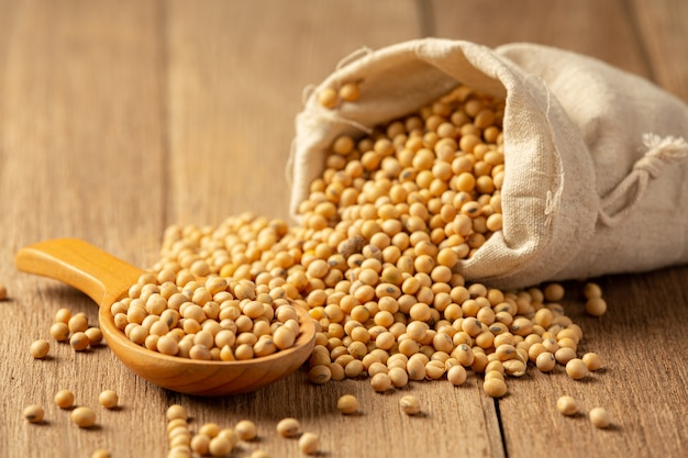 Соевый соус и соевые бобы на деревянном полу соевый соус концепция питания пищевых продуктов.