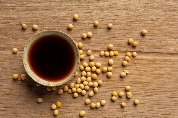 나무 바닥에 콩 소스와 콩 간장 식품 영양 개념입니다.