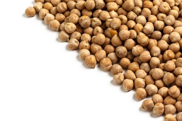 白い表面に分離された大豆