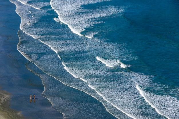 サンパウロの北海岸の青い海とビーチに打ち寄せる波。サンセバスチャン、sp、ブラジル