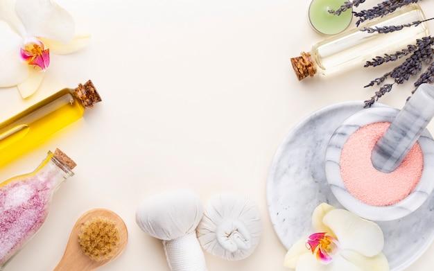 Спа и банная косметика домашнего приготовления. бутылки с косметическими продуктами спа на пастельном фоне, вид сверху.