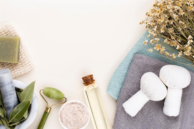 스파 및 목욕 홈메이드 화장품. 파스텔 배경에 스파 화장품이 있는 병, 위쪽 전망.