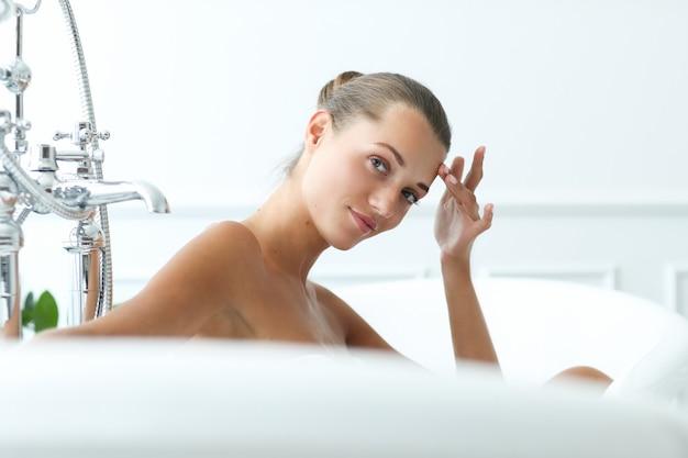 スパと美容。バスルームで美しい女性