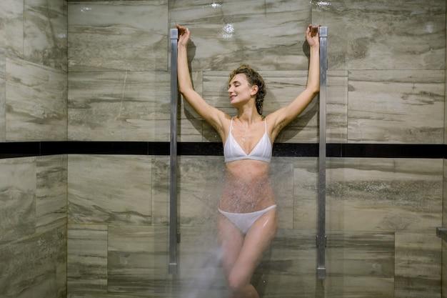 Спа и салон красоты, комната с массажем высокого давления с душем шарко.