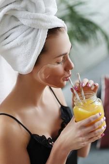 スパと美容、フレッシュジュースを飲む女性