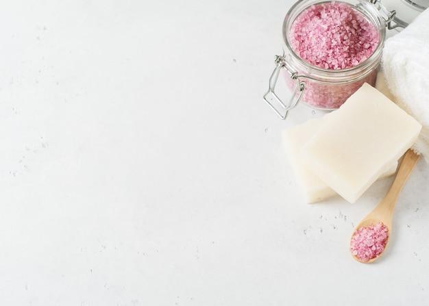 흰색, 상위 뷰에 히말라야 소금, 비누와 수건 스파 및 바디 케어 개념