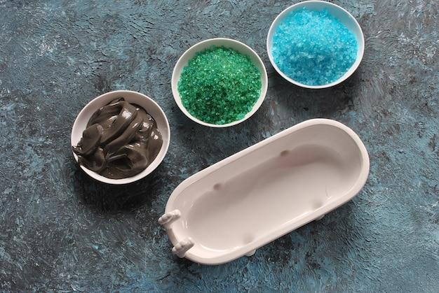 スパとボディケア製品。カラフルなアロマバス、死海の塩と黒い死海の泥。