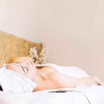 Концепция спа и массажа с расслабленной женщиной