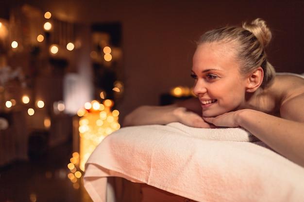 Концепция спа и массажа с женщиной