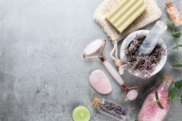 Домашняя косметика для спа и ухода за кожей. бутылки с косметическими продуктами спа на пастельном фоне.