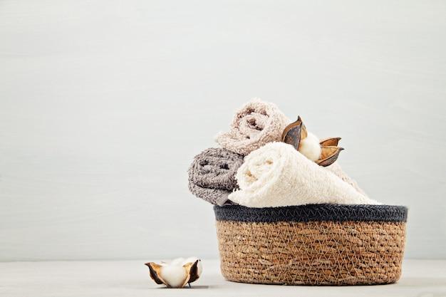 수건 및 미용 제품으로 스파 및 웰빙 구성. 웰빙 센터, 호텔, 바디 케어