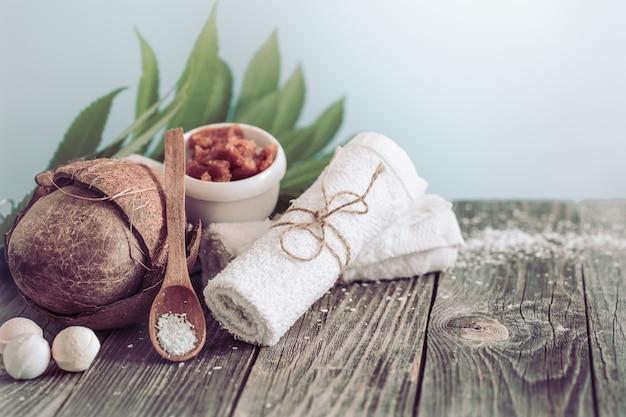 꽃과 수건이있는 스파 및 웰빙 설정. 열대 꽃과 밝은 구성. 코코넛을 사용한 dayspa 자연 제품