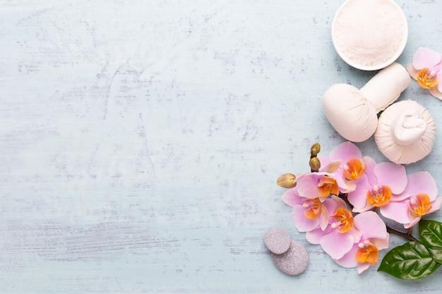 스파 아로마 테라피 배경, 간단한 난초 꽃으로 장식 된 다양한 미용 제품의 평면 누워.