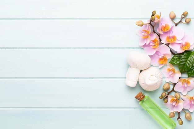 スパアロマテラピーの背景、装飾されたさまざまな美容製品のフラットレイ