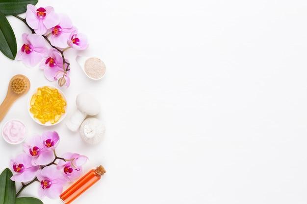 スパアロマセラピー化粧品のコンセプト、蘭、テキスト用のスペースのあるスパの背景、フラットレイ、上からの眺め。