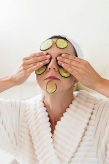 スパ自宅で新鮮な健康的なキュウリの顔のマスクのコンセプト
