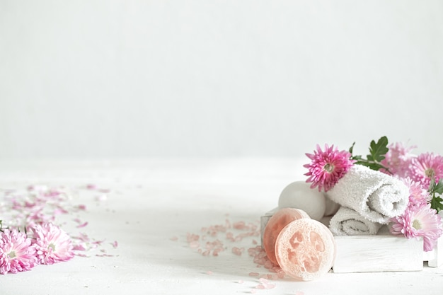 핑크 꽃과 개인 위생 및 아름다움을위한 제품과 함께 스파 배경. 위생 및 바디 케어 개념.