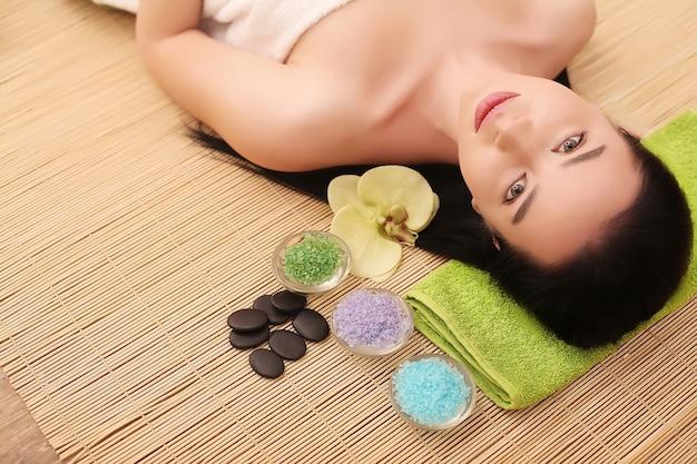 Спа. красивая молодая женщина, получающая лечение лица в салоне красоты