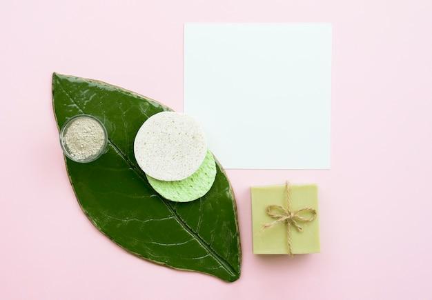 スパの美しさと葉のトップビューで健康的なコンセプト