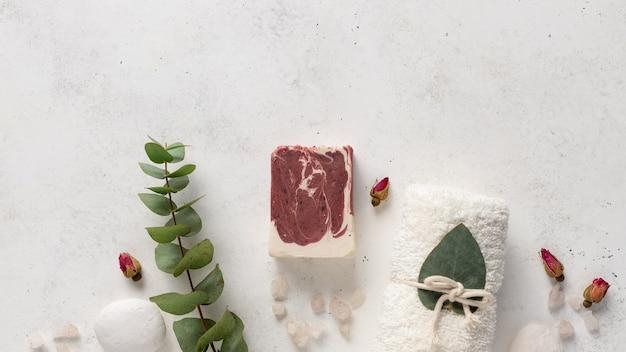 천연 재료, 수건, 돌, 흰색 바탕에 유칼립투스 가지와 비누 바 스파 테두리. 유기농 피부 관리. 배너. 복사 공간