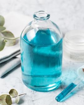 健康的なライフスタイルのためのスパ組成青いボディオイル高ビュー