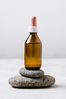 岩の上の健康的なライフスタイルオイルのスパ組成