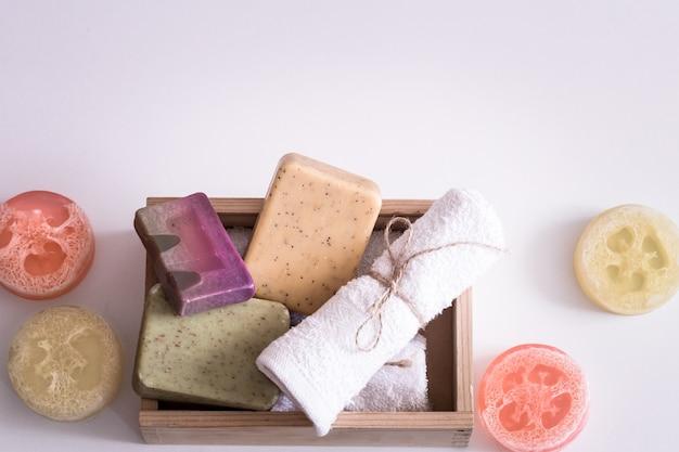 Composizione spa su sfondo bianco sapone in scatola