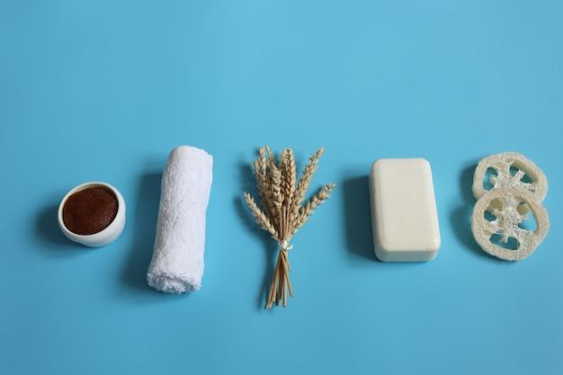 Composizione spa con accessori da bagno su sfondo blu vista dall'alto